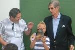 El campeón del torneo, felicitado por Don Cándido Fernández y Don Antonio Gallego